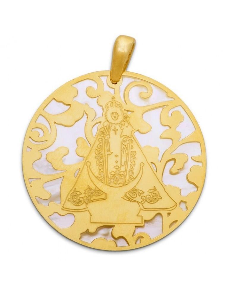 Medalla Virgen Fuensanta en Plata de Ley cubierta por baño de Oro de 18Kt y nácar. 25mm